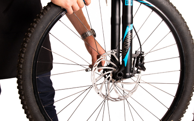 Plaats het wiel terug in de fiets